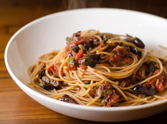 spaghetti alla puttanesca con peperoncino